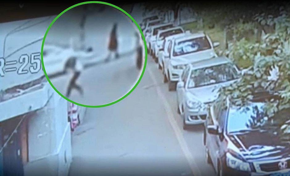 Hombre salva a niño que caía desde el quinto piso | VIDEO