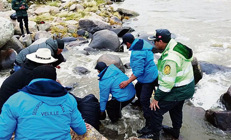 Tragedia en San Valentín: minivan cae al río y mueren cinco personas