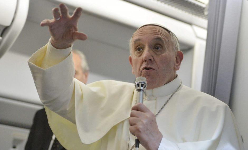 Papa rechaza marginar a gais, pero mantiene cruz sobre divorciados