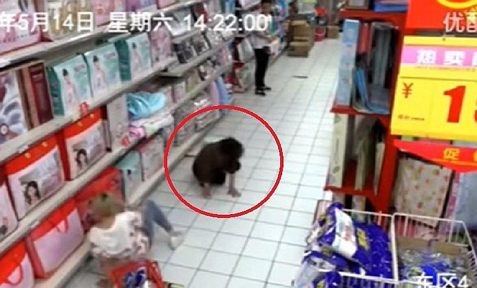 YouTube: Mujer es poseída en supermercado y esto ocurre [VIDEO]