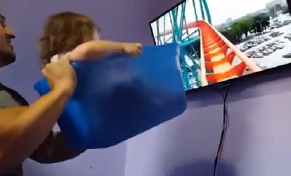 "YouTube: papá sin dinero para Disney tuvo ingeniosa idea para ""pasear"" en montaña rusa a su hija (VIDEO)"