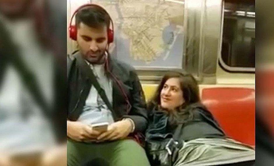 YouTube: Mujer se 'toca' en pleno metro y le pide 'ayudita' al chico de al lado [VIDEO]