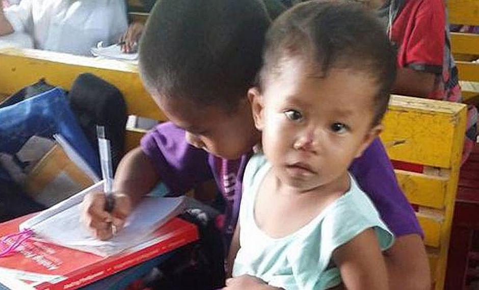 Niño va a escuela con su hermano porque no tiene con quien dejarlo en casa (FOTOS)