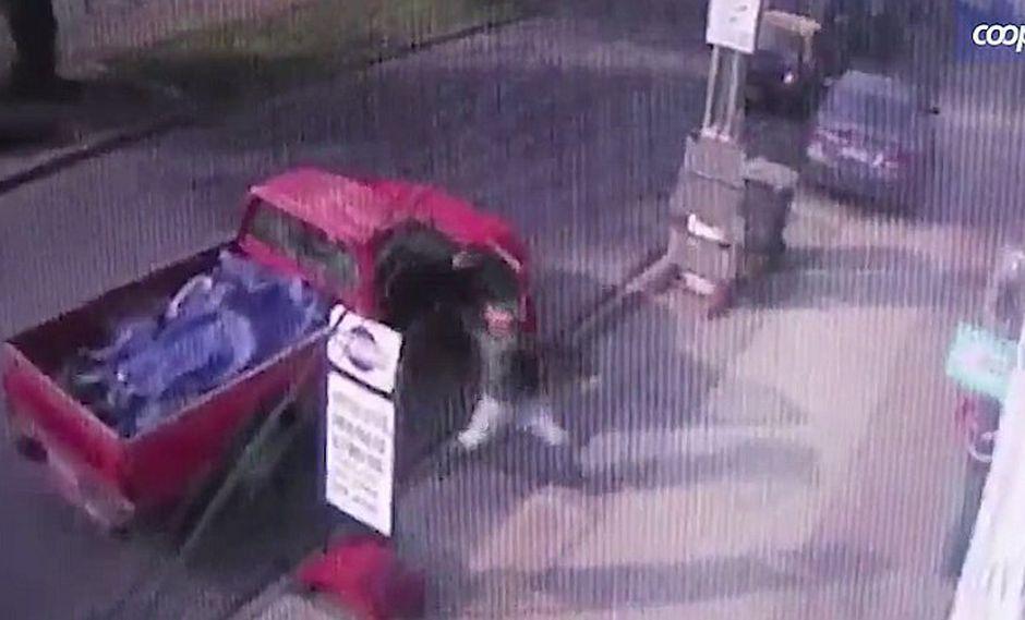 Comprador frustrado lanza llave de rueda y mata a inocente (VIDEO)